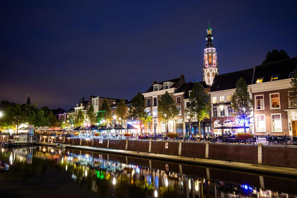 het stadscentrum van Breda in het donker en mooi verlicht
