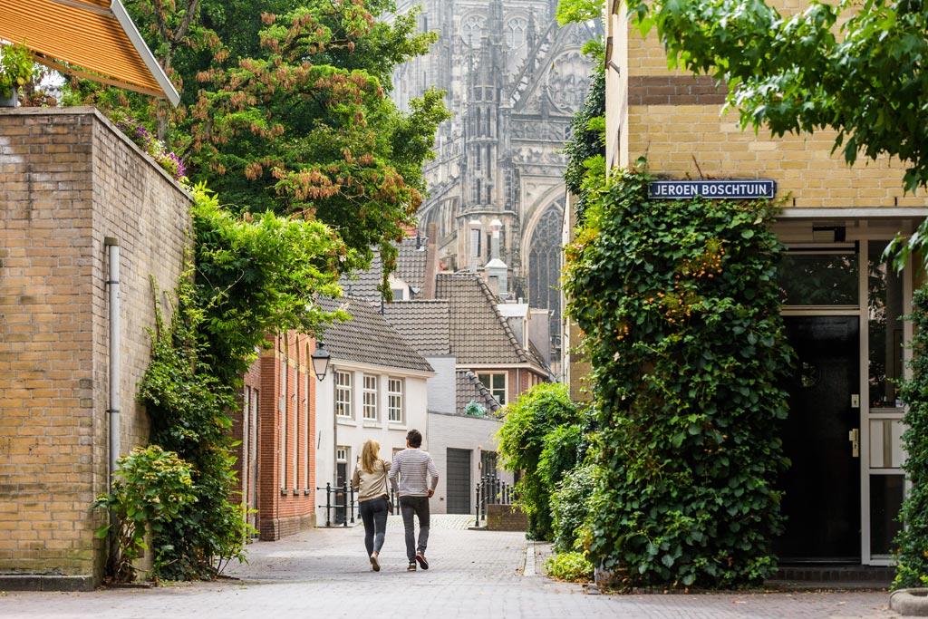 romantisch doorkijkje in Den Bosch met uitzicht op de Sint Janskathedraal