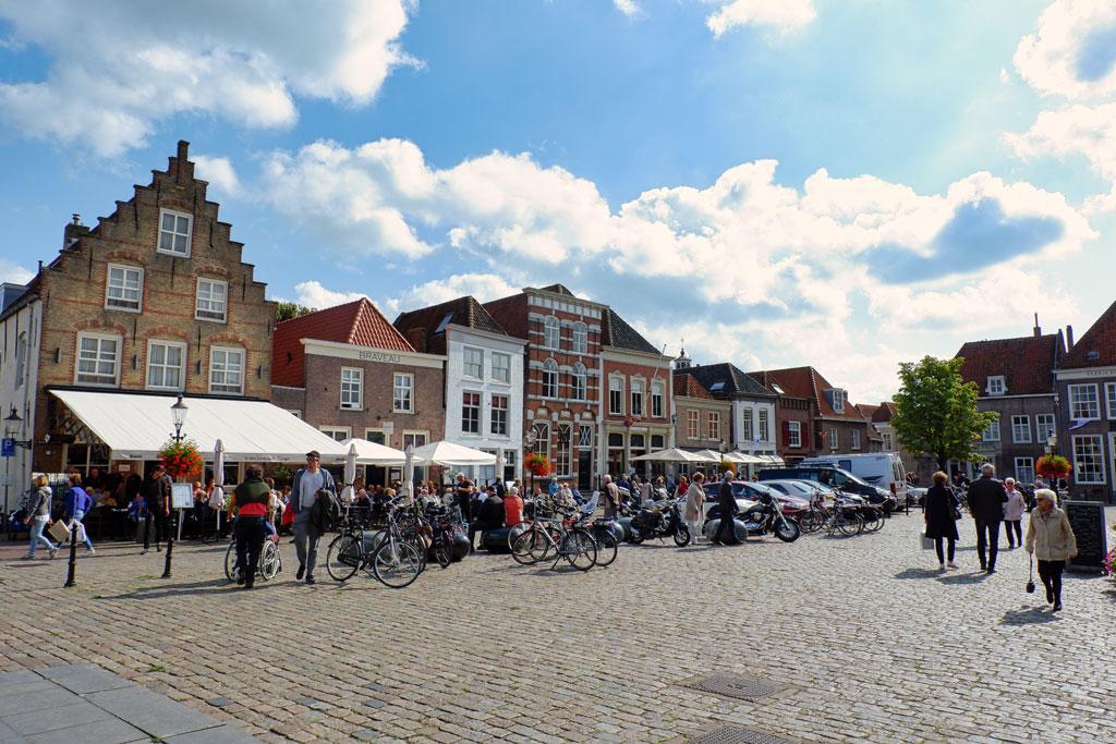 de Vismarkt in Heusden, Noord-Brabant, is omgeven met prachtige oude panden