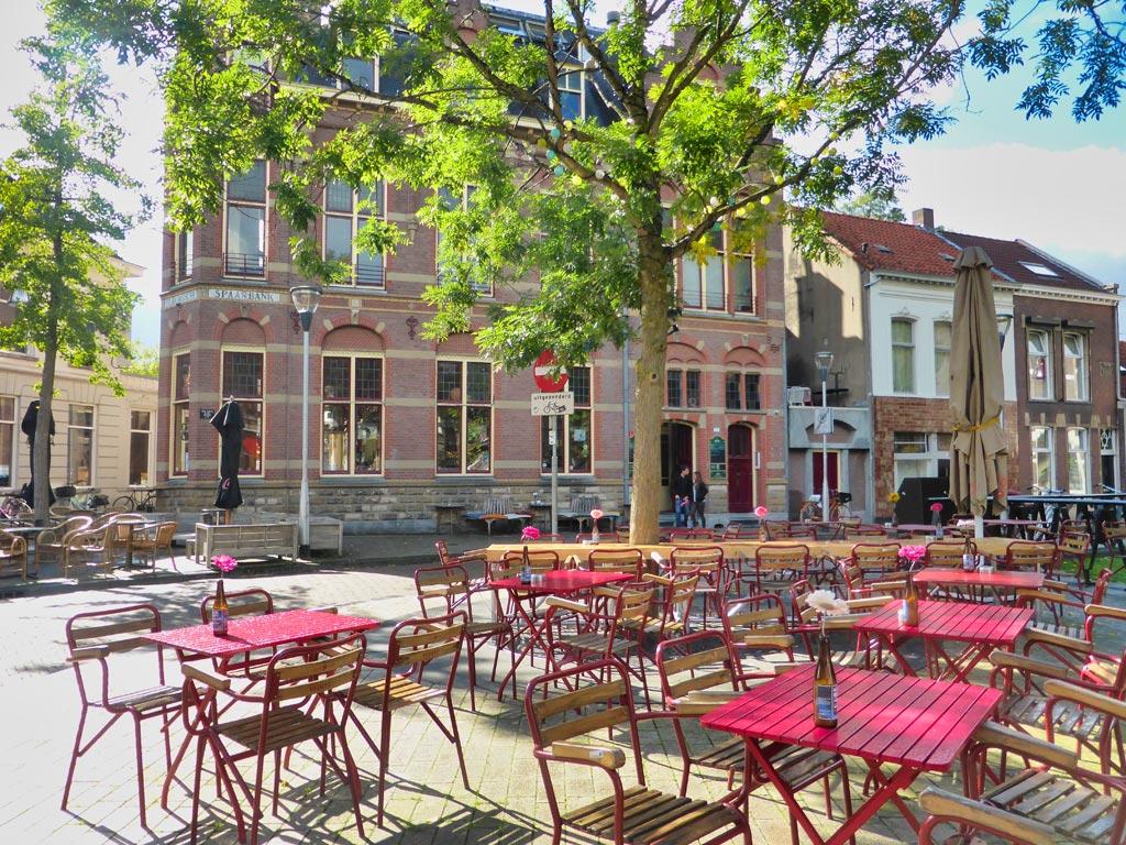buitenterras met roze tafels in de Noordstraat, Tilburg
