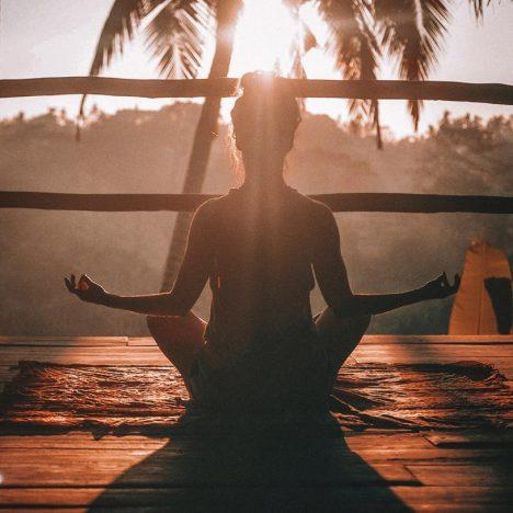 vrouw in meditatiepose