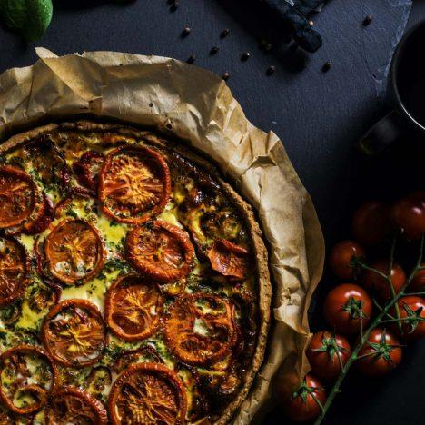 foto van een quiche met tomaten