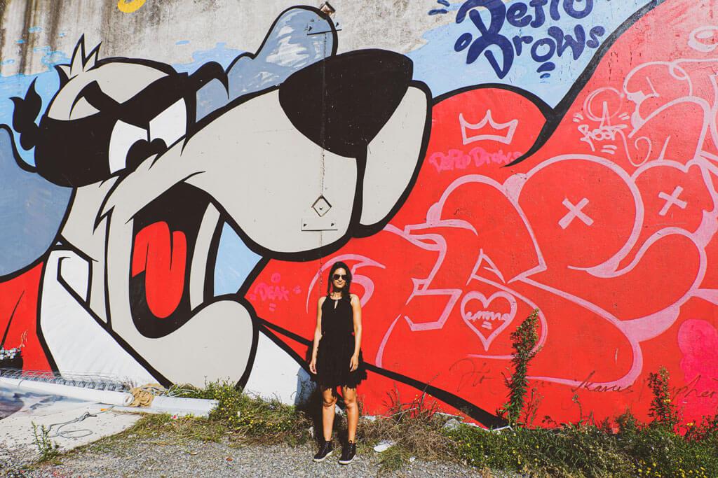 Zarina poserend voor mooie street art in Christchurch, Nieuw-Zeeland