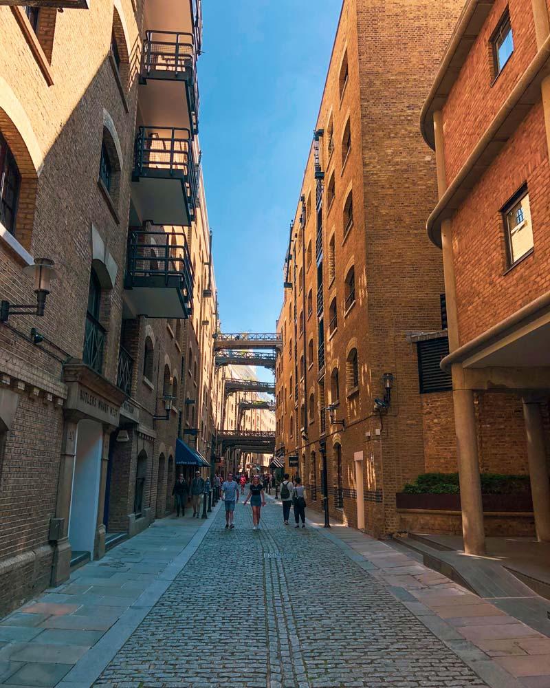 nauwe straat tussen de oude pakhuizen van Butler's Wharf in Shad Thames met loopbruggetjes die de gebouwen met elkaar verbinden