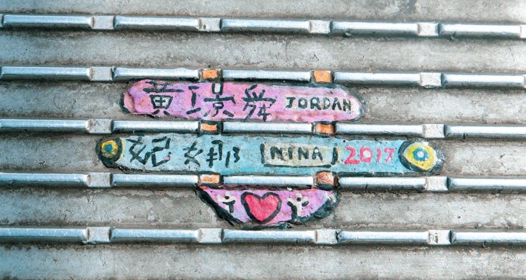 beschilderd stukje platgelopen kauwgum op Millennium Bridge