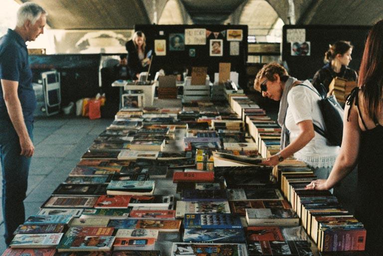 Boekenmarkt onder de brug aan de Southbank (zuidoever van de Theems)