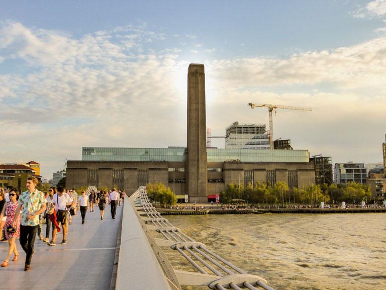 Zicht over Tate Modern vanaf de Millennium Bridge
