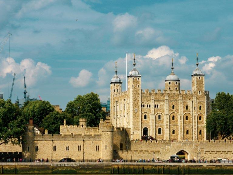 Zicht op Tower of London vanaf de overkant van de Theems