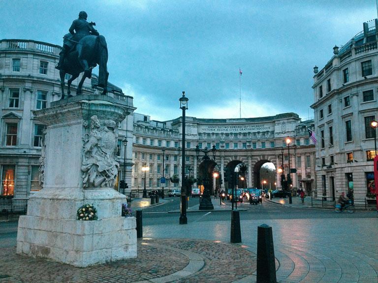 Zicht op de ronde zuil Admiralty Arch richting Buckingham Palace vanaf Trafalgar Square